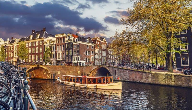El canal en Amsterdam Países Bajos contiene el río Amstel imagen de archivo libre de regalías