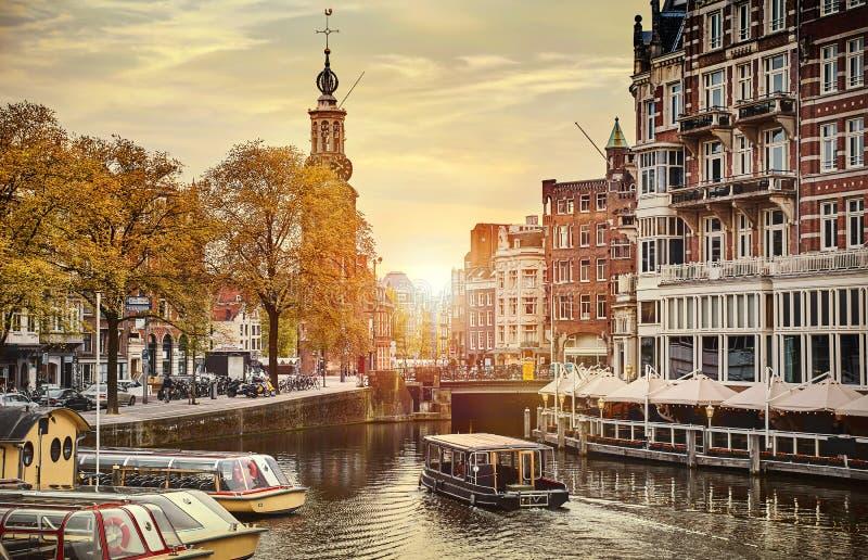El canal en Amsterdam Países Bajos contiene paisaje europeo de la primavera de la ciudad de la señal de Amstel del río viejo foto de archivo libre de regalías