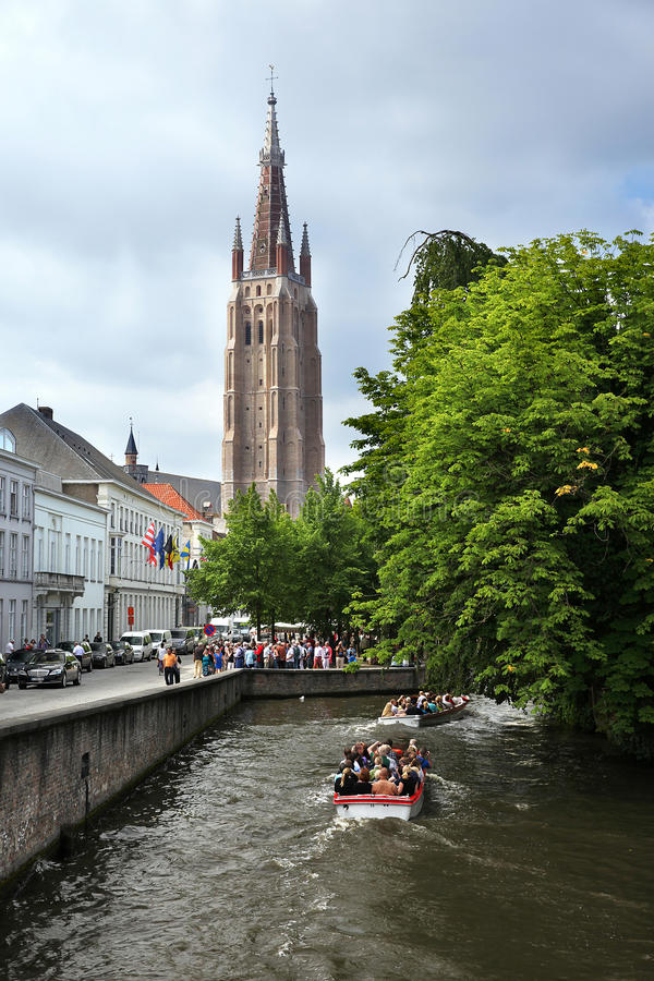 El canal en ciudad vieja con los barcos fotografía de archivo libre de regalías