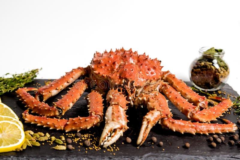 El cangrejo de Kamchatka miente en un plato con las especias imagenes de archivo