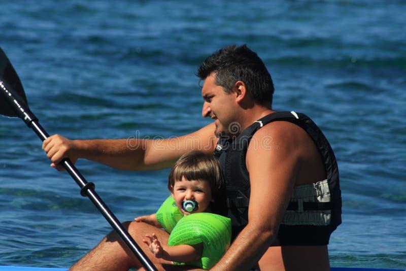 El Canoeing de la familia imagen de archivo libre de regalías
