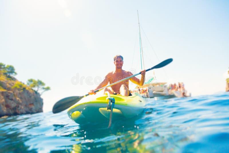 El Canoeing del hombre joven imagen de archivo libre de regalías