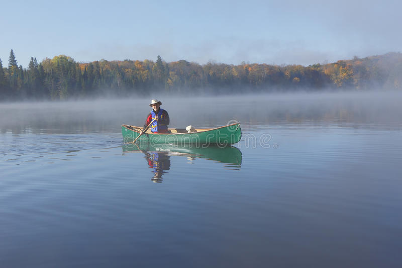 El Canoeing en Autumn Lake fotografía de archivo