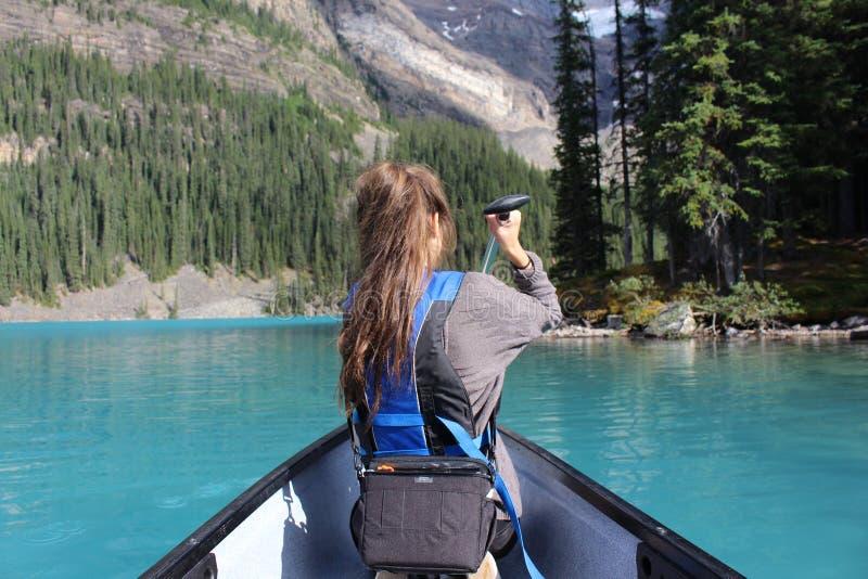 El Canoeing en el lago moraine fotos de archivo