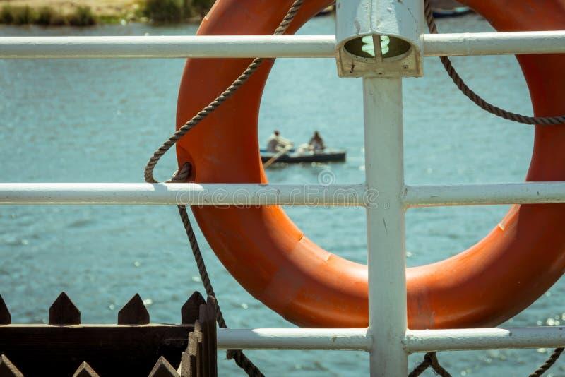 El Canoeing en el Nilo a través de un salvavidas en una travesía imagen de archivo libre de regalías