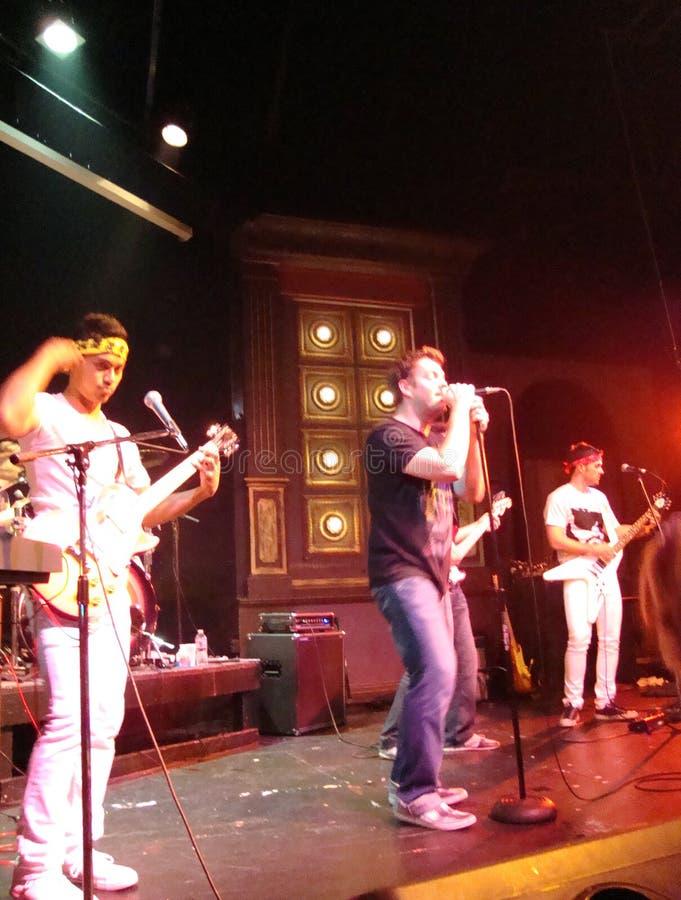 El cantante de fuerte como Bull canta en el mic imagen de archivo
