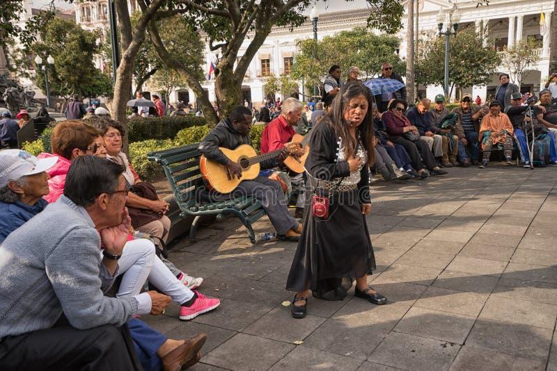 El cantante de la mujer se está realizando en público imagen de archivo
