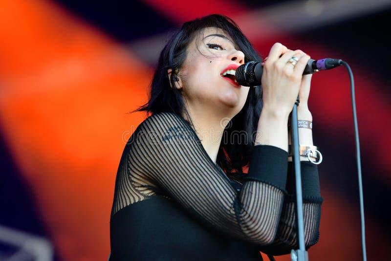 El cantante de las muchachas de Dum Dum (banda de rock americana de Los Ángeles) en concierto en el festival 2014 del sonido de H imagen de archivo libre de regalías