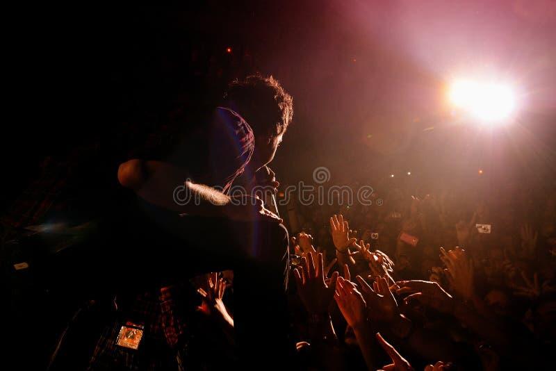 El cantante del plan simple (banda) se realiza con la muchedumbre en el club del Razzmatazz fotos de archivo