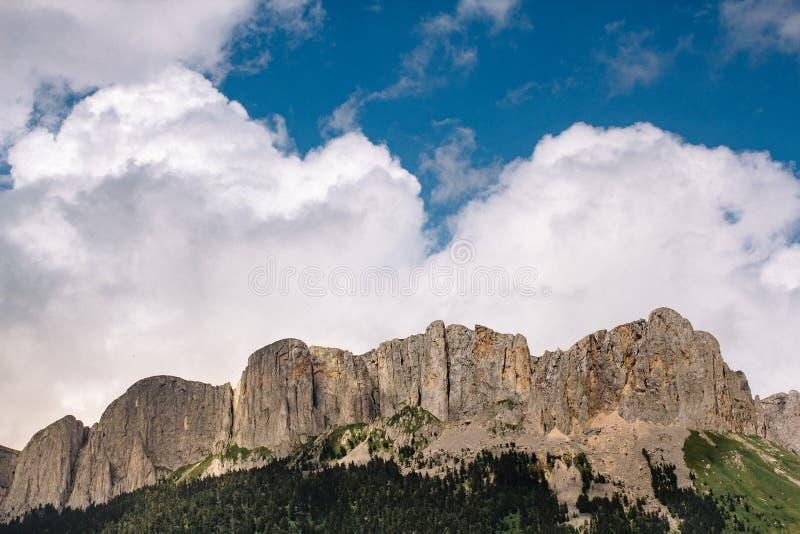 El canto de la montaña es Thach grande con las nubes de cúmulo imagen de archivo libre de regalías