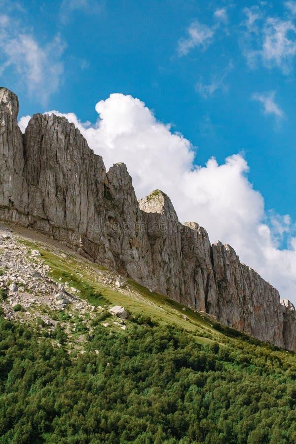 El canto de la monta?a es Thach grande con las nubes de c?mulo foto de archivo