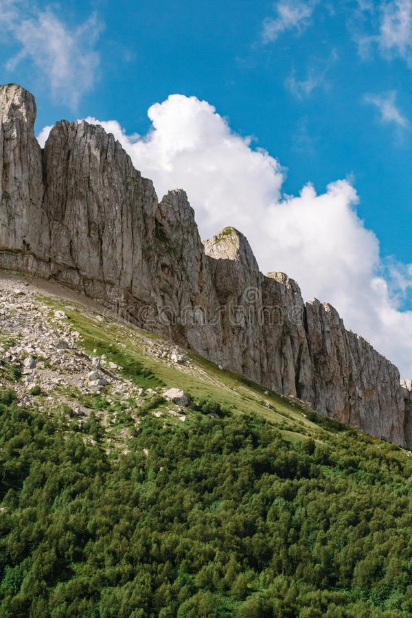 El canto de la monta?a es Thach grande con las nubes de c?mulo imagen de archivo