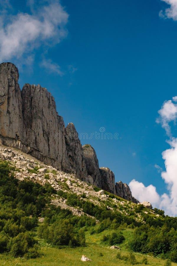 El canto de la monta?a es Thach grande con las nubes de c?mulo fotografía de archivo libre de regalías