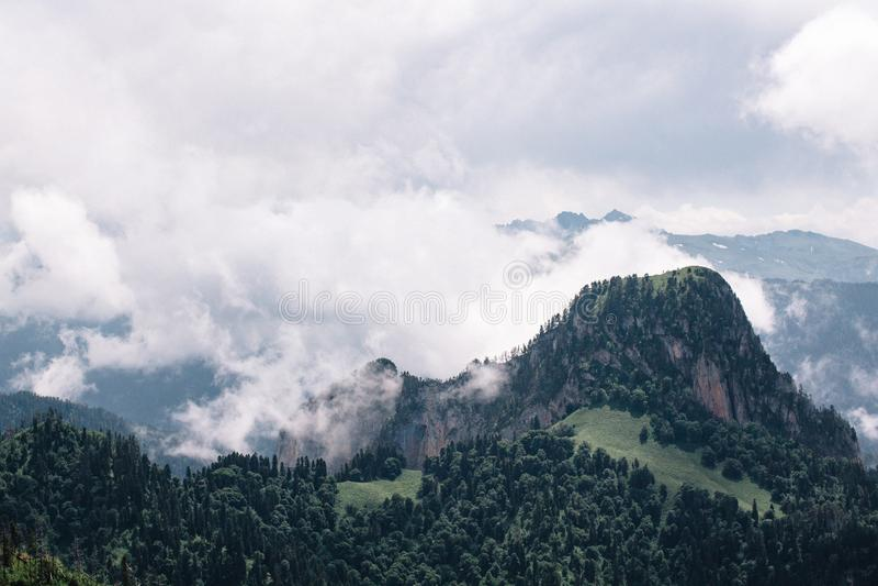 El canto de la monta?a es Thach grande con las nubes de c?mulo fotos de archivo libres de regalías