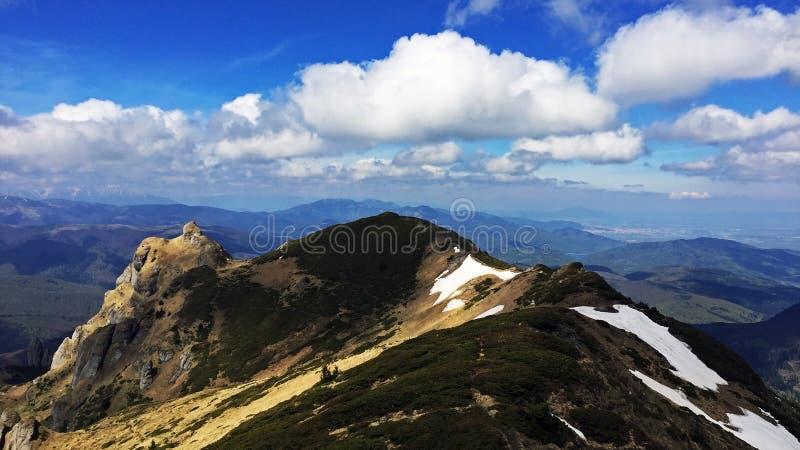El canto hermoso de las montañas de Ciucas en Rumania imagenes de archivo