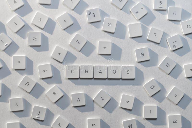 El caos de la palabra con las letras de un teclado viejo fotografía de archivo