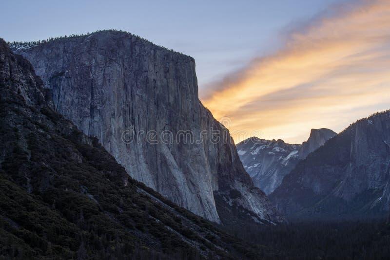 EL Capitan como visto da opinião do túnel do vale de Yosemite e do nascer do sol na manhã, Califórnia fotografia de stock royalty free