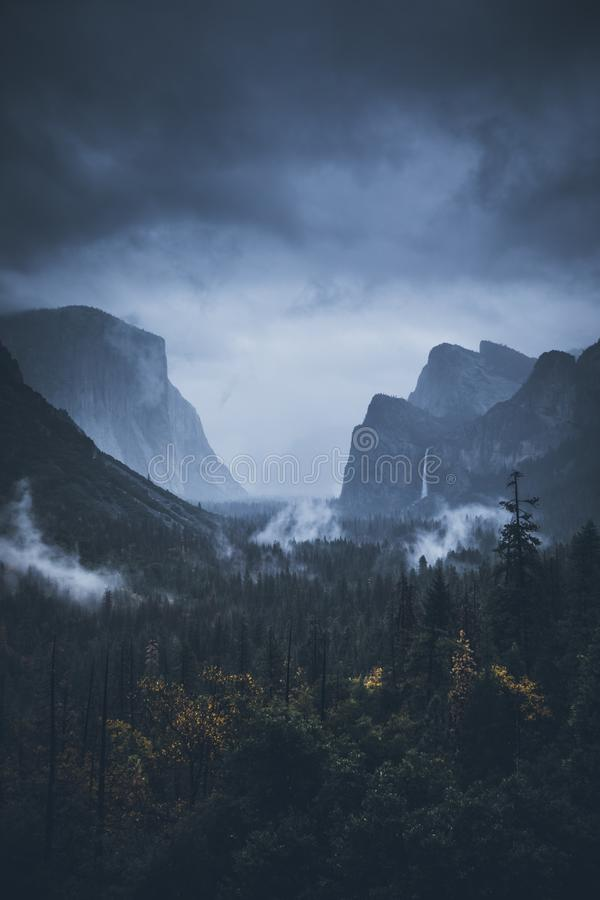 el capitan Katedralne skały park narodowy wejściowa sequoia mgła Wschód słońca Nov 2017 fotografia stock