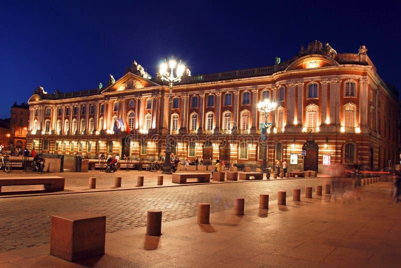 El capitolio en Toulouse durante la noche fotos de archivo