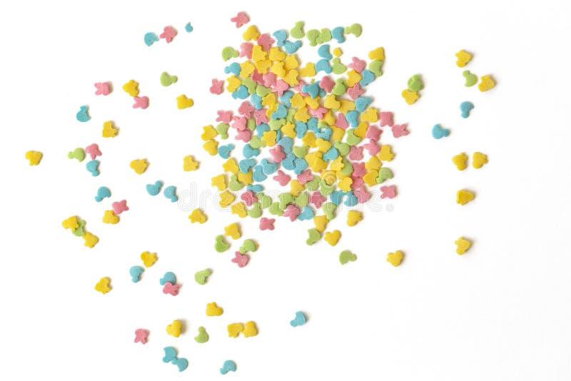 El caramelo asperja La torta colorida asperja dispersado sobre el fondo blanco fotos de archivo
