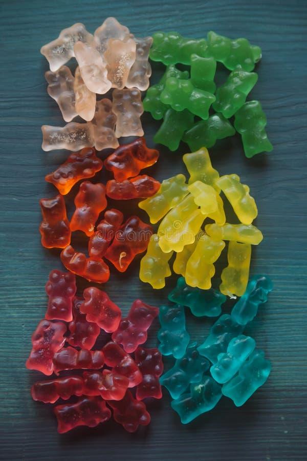El caramelo de la jalea refiere el fondo de madera Ciérrese encima de la opinión osos gomosos con el foco selectivo foto de archivo libre de regalías