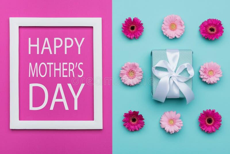 El caramelo en colores pastel de la madre del día feliz del ` s coloreó el fondo Endecha floral del plano del día de madres imagenes de archivo
