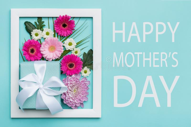 El caramelo en colores pastel de la madre del día feliz del ` s colorea el fondo El plano floral del día de madres pone concepto  fotografía de archivo libre de regalías