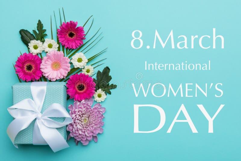 El caramelo en colores pastel de las mujeres del día feliz del ` s colorea el fondo Tarjeta de felicitación floral de la endecha  fotos de archivo