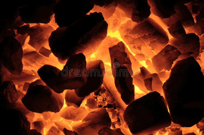 El carbón de leña caliente es como un fondo fotos de archivo