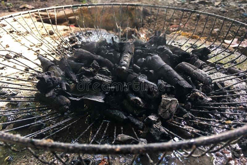 El carbón de leña negro hecho a mano se hace de la rama seca del árbol fotografía de archivo libre de regalías