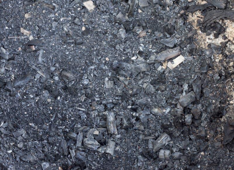 El carbón de leña quema para el fuego imagenes de archivo