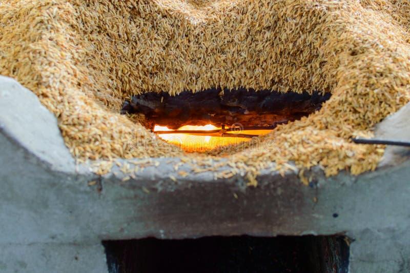El carbón de leña usado por la cáscara antigua del arroz foto de archivo
