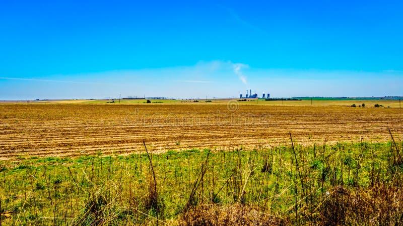 El carbón encendió la central eléctrica en el medio de las tierras de labrantío abiertas de par en par, a lo largo del R39 en la  imagenes de archivo