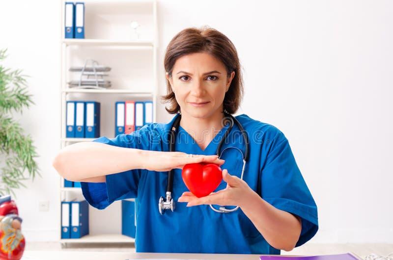 El cardi?logo de sexo femenino del doctor que trabaja en el hospital fotos de archivo