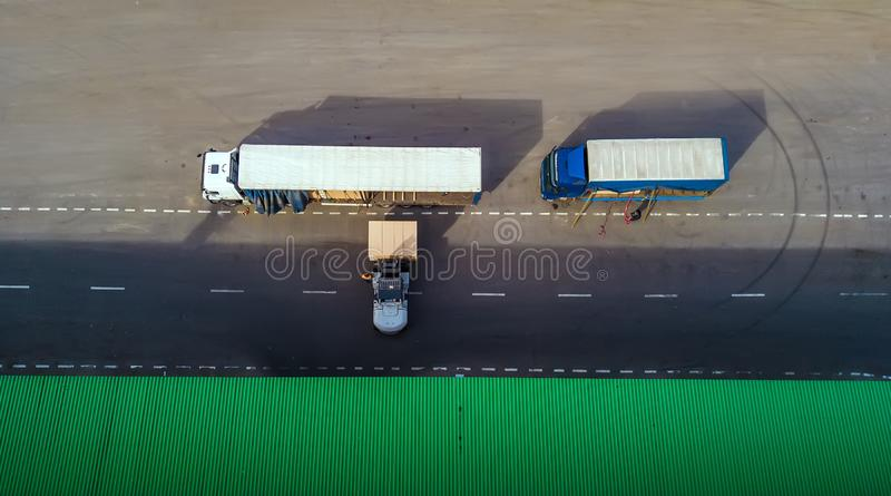 El cargador carga el camión Visión superior imagen de archivo