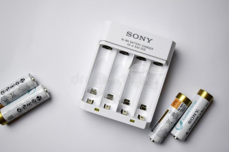 El CARGADOR de BATERÍA de SONY NI-Mh AA o AAA CLASIFICA con las baterías El CARGADOR de BATERÍA de SONY NI-Mh es desarrollado por fotografía de archivo