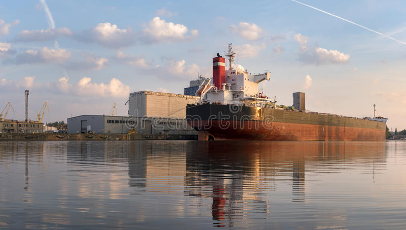 El carguero de graneles amarró en el muelle, y ocupado con operaciones del cargo foto de archivo