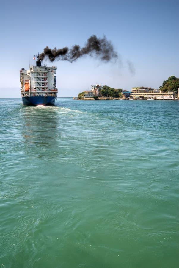 El carguero navega foto de archivo