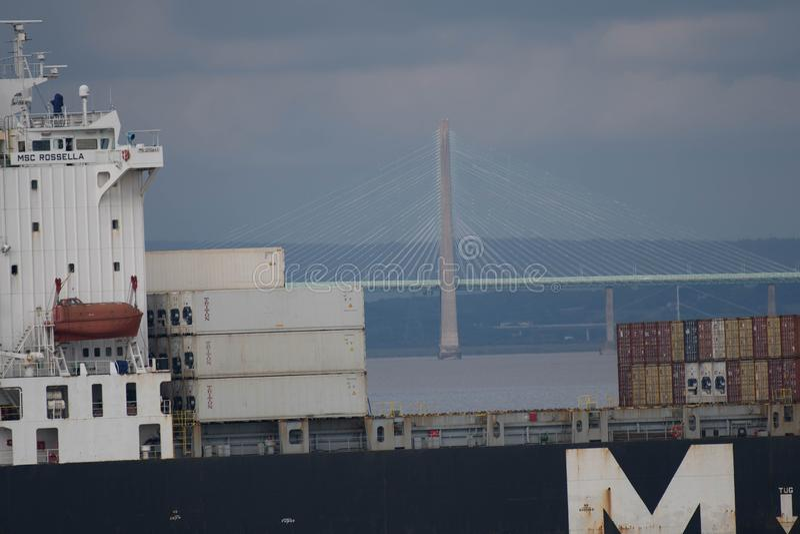 El carguero pasa el puente de Severn Crossing imagen de archivo libre de regalías