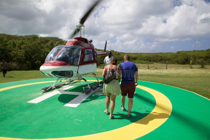 El Caribe, Antigua, helicóptero inminente de los pares fotos de archivo