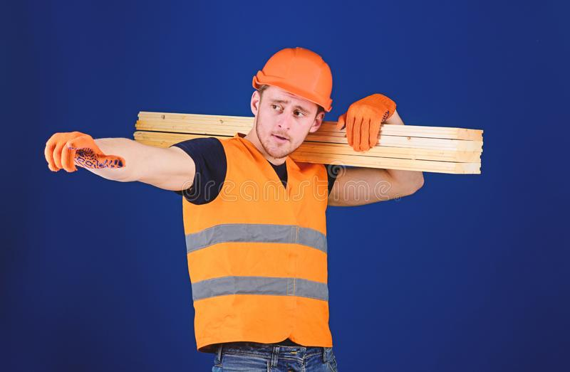 El carpintero, carpintero, constructor fuerte en cara ocupada lleva el haz de madera en hombro Concepto de madera de los material fotos de archivo
