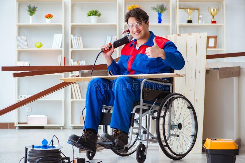El carpintero discapacitado que trabaja con las herramientas en taller imagenes de archivo
