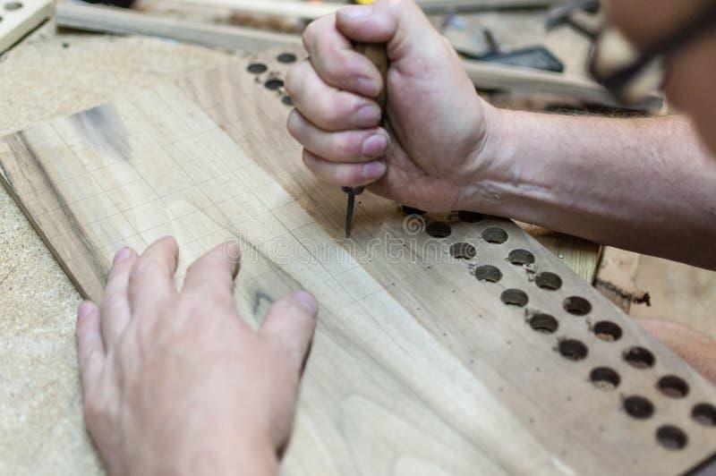 El carpintero está trabajando foto de archivo libre de regalías
