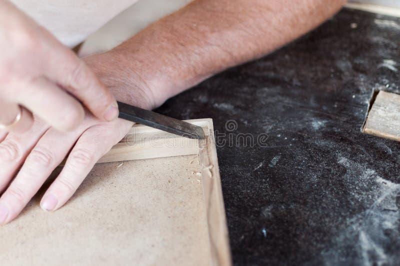 El carpintero está trabajando con el cincel imagenes de archivo