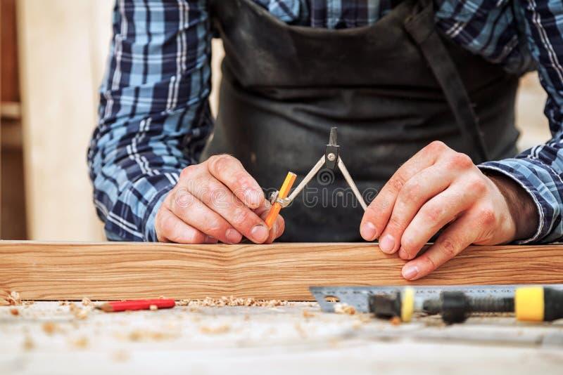 El carpintero marca de madera fotografía de archivo