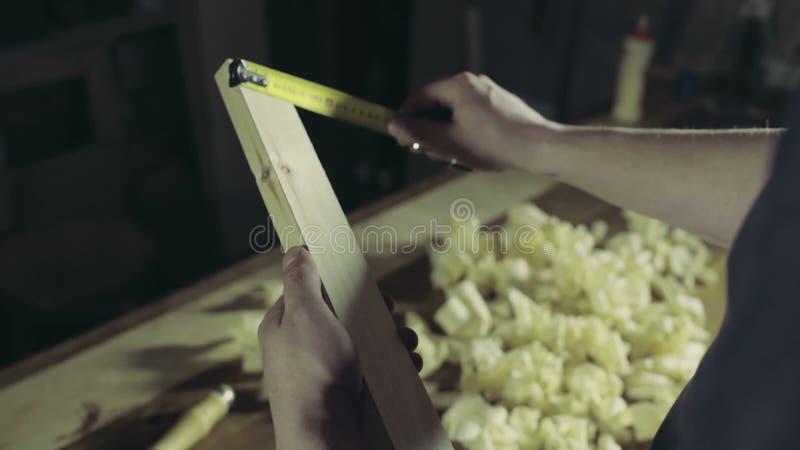 El carpintero toma un Jack-avión para la cámara lenta del trabajo adicional almacen de metraje de vídeo