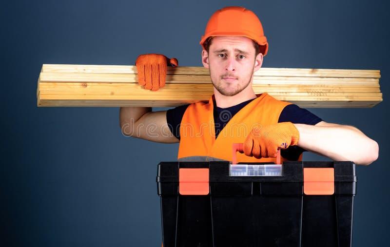 El carpintero, trabajador, constructor, carpintero en cara tranquila lleva haces de madera en hombro Concepto profesional del car foto de archivo libre de regalías