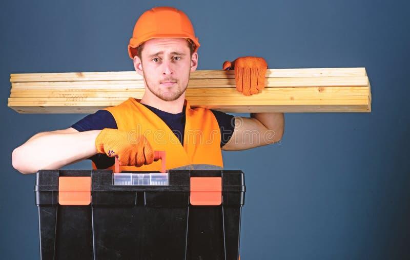 El carpintero, trabajador, constructor, carpintero en cara tranquila lleva haces de madera en hombro Concepto profesional del car imágenes de archivo libres de regalías