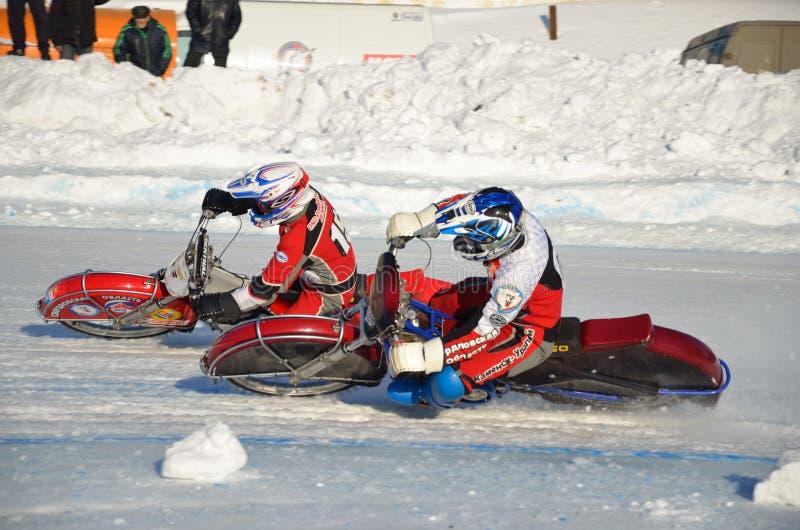 El carretera en el hielo, gira una motocicleta dos imágenes de archivo libres de regalías