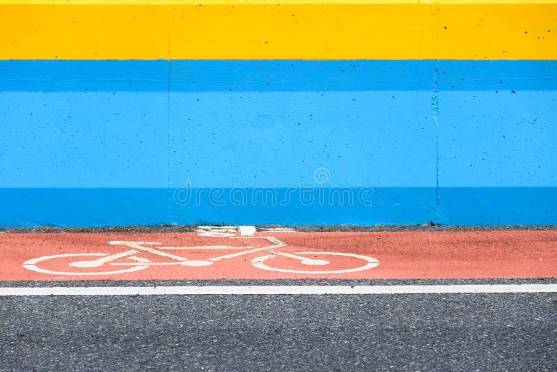 El carril de bicicleta con la muestra en rojo pintó el camino fotografía de archivo